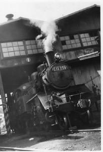機関庫の蒸気機関車