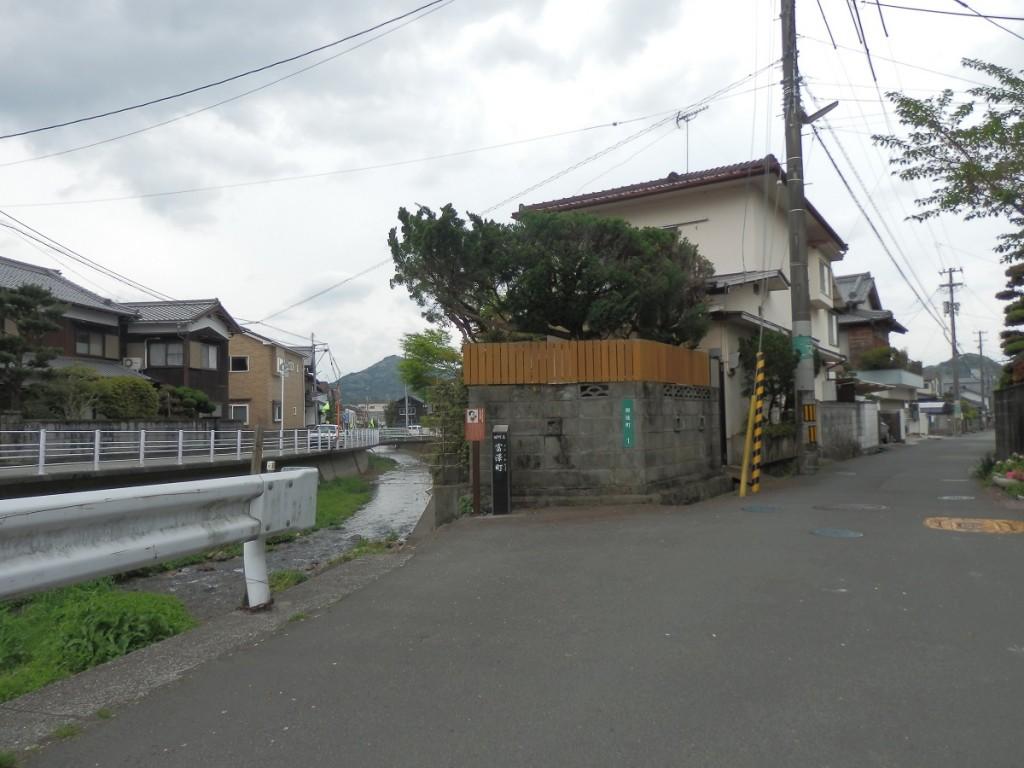 富澤町 名称碑 遠く